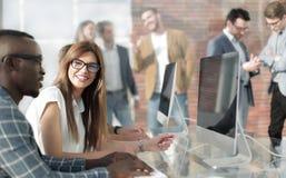 Firma pracownicy dyskutuje prac zagadnienia przy biurkiem obraz royalty free