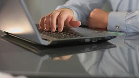 Firma pracownika pisać na maszynie laptop, karta kredytowa na stole, robi zakupy online, transakcja zdjęcie stock