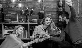 Firma przyjaciele świętuje z rozmyślającym winem w wygodnej atmosferze, drewniany tło Rozwesela pojęcie Mężczyzna dalej i damy fotografia royalty free