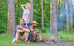 Firma przyjaciele cieszą się relaksujący wpólnie lasowej firmy najwięcej ważna rzecz organizatorskiego wakacje Wspaniały wycieczk fotografia stock