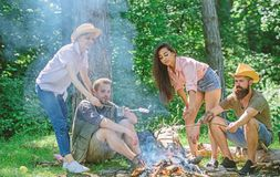 Firma przyjaciele lub rodzinny relaksujący pinkin Plan dla perfect dnia podwyżki pinkinu Przyjaciela relaksujący pobliski ognisko zdjęcia stock