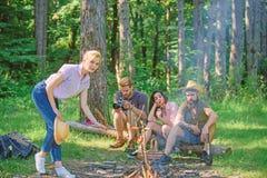Firma przyjaciele ma podwyżki natury pyknicznego tło Lato pinkin Turystów wycieczkowicze relaksuje podczas gdy mieć pykniczną prz fotografia royalty free