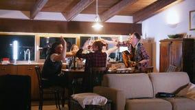 Firma przyjaciele siedzi przy stołem Mężczyzna nalewa wino przyjaciel i everyone otuchy zdjęcie wideo
