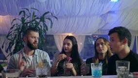 Firma przyjaciele trzyma szkła z zazębionymi napojami na przyjęciu indoors zbiory wideo