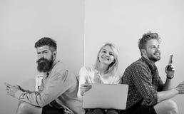 Firma szczęśliwi przyjaciele z mobilnym gadżetu laptopem Mężczyzna i kobieta dostęp internet od wszędzie Mobilny internet obrazy royalty free