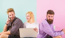 Firma szczęśliwi przyjaciele z mobilnym gadżetu laptopem Nowożytny społeczeństwo no może wyobrażać sobie życie bez interneta nowo obrazy stock
