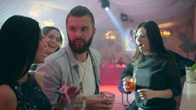 Firma szczęśliwi przyjaciele robi grzance z alkoholicznymi koktajlami w klubie blisko zakazuje kontuar zbiory wideo