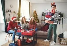 Firma von den glücklichen Freunden, die Weihnachten und neues Jahr feiern lizenzfreies stockfoto
