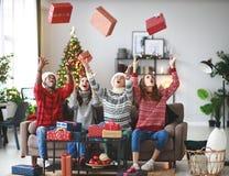Firma von den glücklichen Freunden, die Weihnachten und neues Jahr feiern lizenzfreie stockbilder