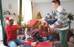 Firma von den glücklichen Freunden, die Weihnachten und neues Jahr feiern stockfotos