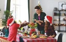 Firma von den netten und glücklichen Freunden, die an Weihnachten d feiern lizenzfreies stockfoto
