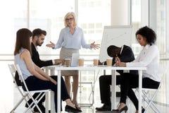 Firma właściciel łaja różnorodnych millennial pracowników w biurze obraz stock