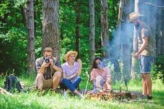 Firma wycieczkowicze relaksuje przy pyknicznym lasowym tłem Wydaje wielkiego czas na weekendzie Bierze przerwę mieć przekąskę fir fotografia royalty free