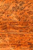 Firmas y comentarios sobre una pared de madera en una tienda de la granja imágenes de archivo libres de regalías