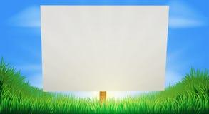 Firme adentro el campo de hierba soleado Foto de archivo libre de regalías