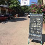 Firme adentro la pequeña calle mexicana de la ciudad foto de archivo