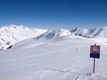 Firme adentro las montañas que dice el peligro de avalanchas foto de archivo