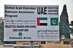 Firme al tablero para el proyecto de desarrollo financiado los UAE de la reconstrucción en el valle del golpe violento, Paquistán Fotos de archivo libres de regalías