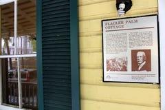 Firme con la descripción de la importancia de la cabaña de la palma de Flagler, Miami, la Florida, 2013 Foto de archivo libre de regalías