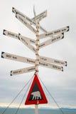 Firme con las distancias y la advertencia del oso polar, Svalbard, Norwa de la ciudad Imágenes de archivo libres de regalías