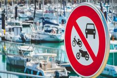 Firme el acceso prohibido a los coches, a las motocicletas y a los ciclomotores Imágenes de archivo libres de regalías
