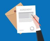 Firme el contrato del acuerdo en el documento de papel con el sello Fotografía de archivo libre de regalías
