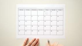 Firme el día en el calendario con una pluma, dibuje una sonrisa almacen de video