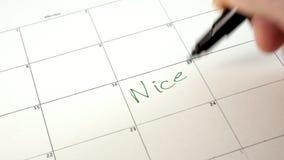 Firme el día en el calendario con una pluma, dibuje un buen mún día almacen de metraje de vídeo