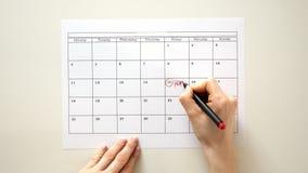 Firme el día en el calendario con una pluma, dibuje un cumpleaños