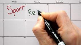Firme el día en el calendario con una pluma, dibuje un deporte