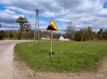 Firme el ` en una carretera nacional, ` de la pendiente escarpada del ` de la pendiente escarpada del ` de la señal de tráfico Imagen de archivo libre de regalías