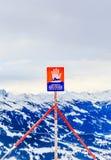 Firme el peligro del ` del ` de las avalanchas encima del ungüento de Hohe de la montaña Estación de esquí Soll, el Tyrol imágenes de archivo libres de regalías