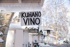 Firme el ` que significa el vino caliente en los foodstalls del mercado del advenimiento en el parque de Zrinjevac en Zagreb en i Imagen de archivo