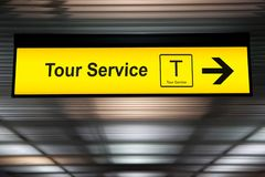 Firme el servicio del viaje en el aeropuerto con la flecha para la dirección imagen de archivo