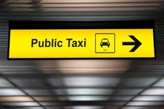 Firme el taxi público con la flecha a la dirección para el pasajero imagen de archivo libre de regalías