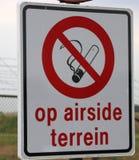 Firme en el aeropuerto de Rotterdam La Haya que el fumar no está permitido en el área del airside imagen de archivo libre de regalías