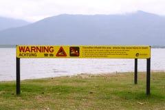 Firme en la advertencia de la playa del peligro de cocodrilos Fotografía de archivo