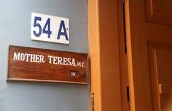 Firme en la entrada para mimar a la casa, la residencia de madre Teresa en Kolkata Imagen de archivo libre de regalías