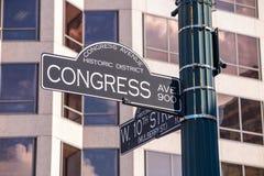 Firme en la intersección de la 8va calle del oeste y avenida del congreso Imagen de archivo libre de regalías