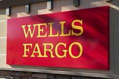 Firme encima a Wells Fargo Banking Institution Imagenes de archivo