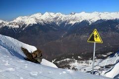 Firme la advertencia del peligro de caer del acantilado Imagen de archivo