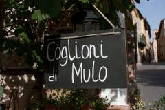 Firme la lectura de Coglioni di Mulo (las bolas) de la mula, un salami típico foto de archivo libre de regalías