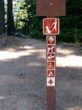 Firme los perros de prohibición, biking, el montar, tenting en rastro Foto de archivo libre de regalías
