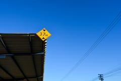 Firme los requisitos de la altura en la estación con el cielo azul Imágenes de archivo libres de regalías