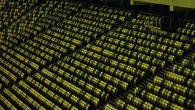 Firme a metragem geral das fileiras de assentos plásticos azuis e amarelos em um estádio filme
