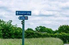 Firme mostrar direcciones, Rougham y el carril del ciclo, St Edmunds, Reino Unido del entierro Imagen de archivo libre de regalías