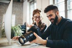 Firmenbildeditor und -photograph, die zusammenarbeiten lizenzfreie stockfotografie
