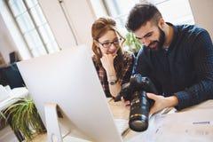 Firmenbildeditor und -photograph, die zusammenarbeiten stockfotografie