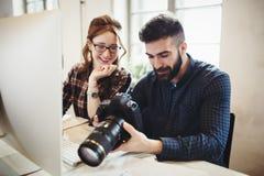 Firmenbildeditor und -photograph, die zusammenarbeiten lizenzfreies stockfoto
