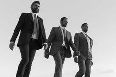Firmenführer machen Schritt zum Erfolg auf Hintergrund des blauen Himmels Geschäftserfolg und Zusammenarbeitskonzept Geschäftsmän lizenzfreies stockfoto